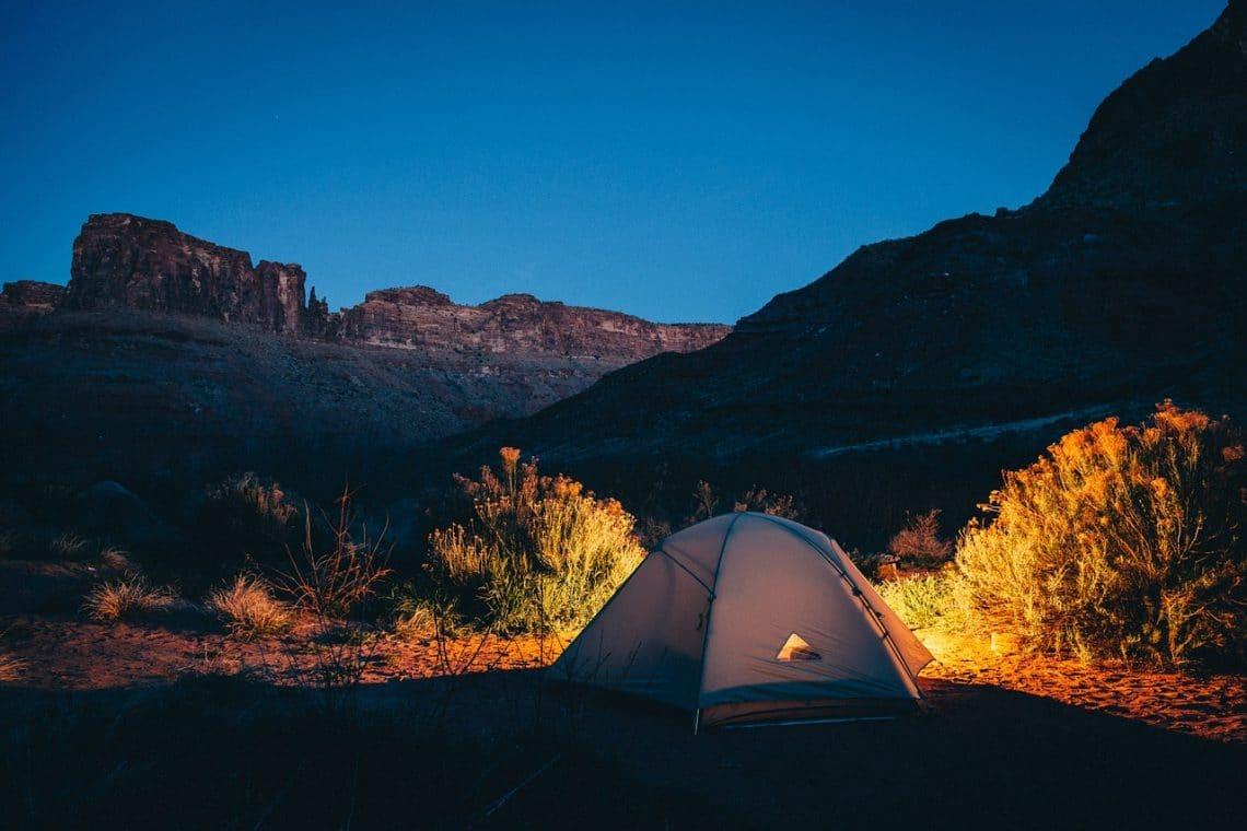 les étapes pour monter une tente