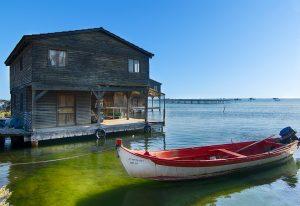 cabane eau avec bateau